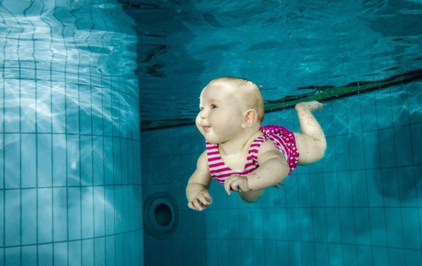 Chcete jít společně plavat? Tyhle pomůcky budete potřebovat!