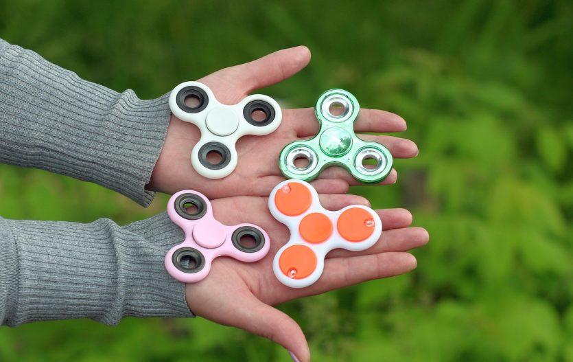 Co je to fidget spinner a je vhodný pro děti?