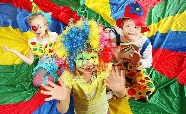 Co se stane, když si nasadíte karnevalové paruky?