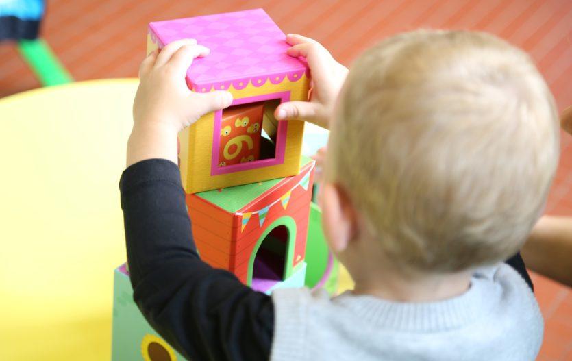 Je umístění dítěte do jesliček důvodem k výčitkám?